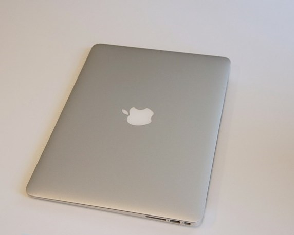 закрытый Apple Macbook Air 2013